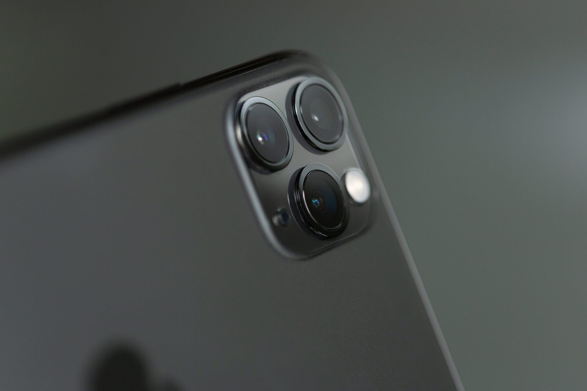 close up phography of a grey iphone xi
